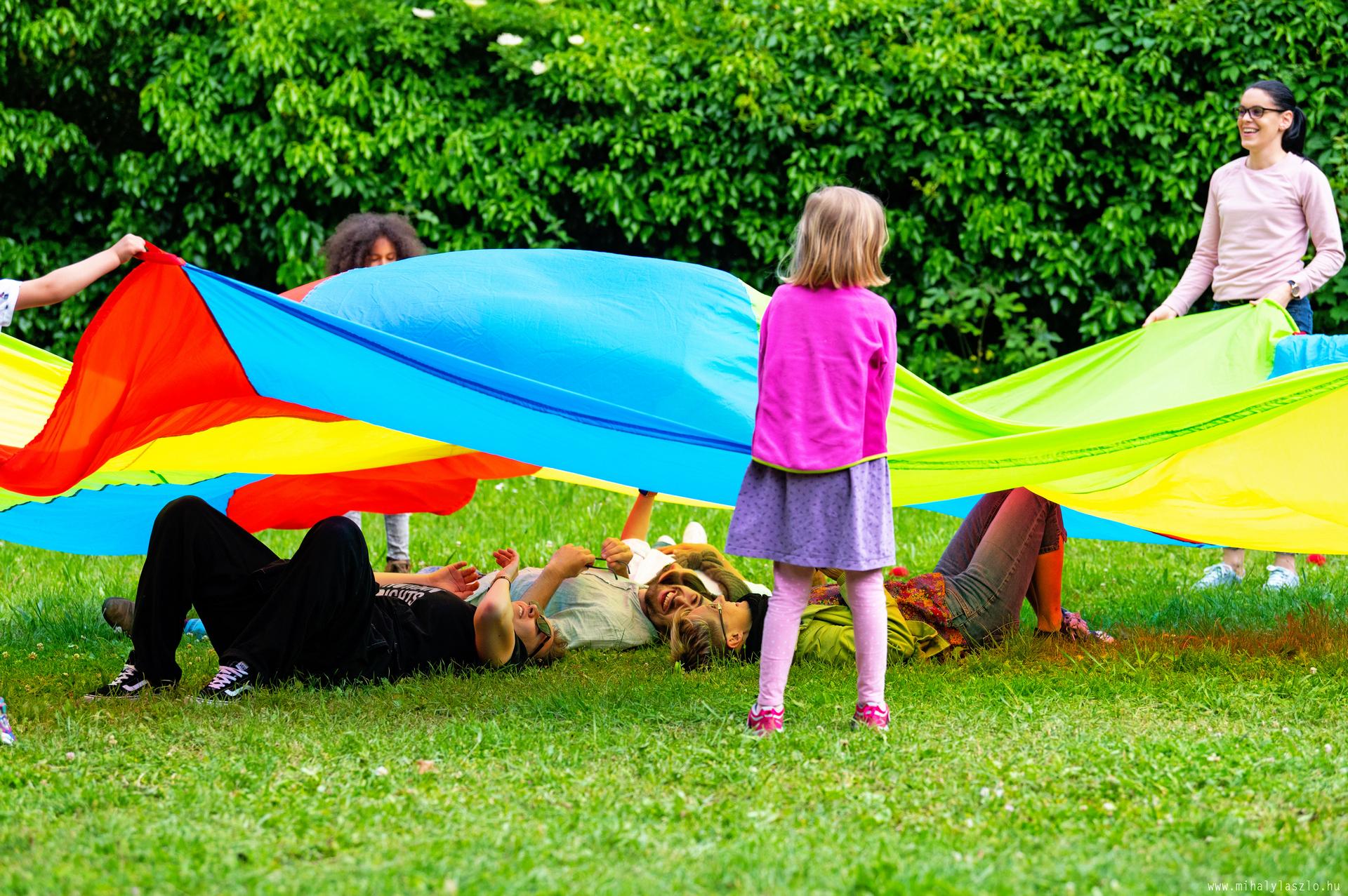 Játék a tarkabarka ernyő alatt